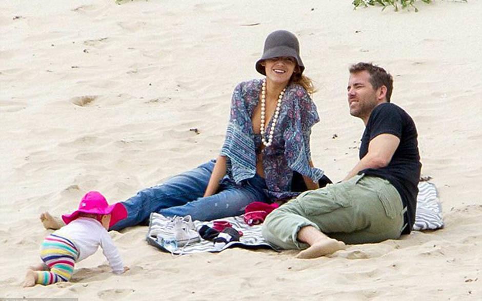 Райан Рейнольдс на пляже с семьёй